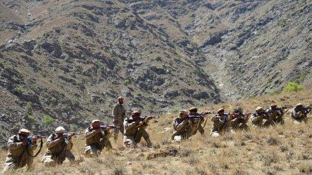 Lupte intense in Panjshir, unde talibanii se chinuie sa elimine rezistenta armata a lui Ahmad Massoud. Militantii ar fi pierdut zeci de <span style='background:#EDF514'>LUPTATOR</span>i si armament greu