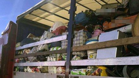 15 tone de haine second hand foarte degradate, aduse din Germania, urmau sa ajunga in Romania