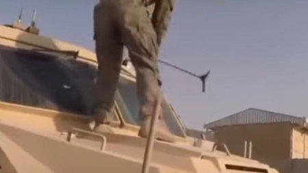 Ranga si loviturile de picior, metode-forte prin care au fost distruse vehicule americane abandonate in Afganistan