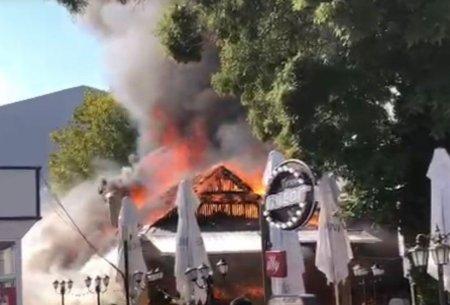 Incendiu puternic la o terasa din statiunea Mamaia. Pompierii intervin pentru stingerea flacarilor