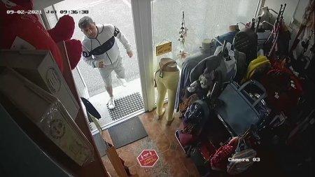 Hot care fura haine dintr-un magazin din Barlad cu tot cu manechin, surprins de camerele de supraveghere. IPJ Vaslui: Inca nu a fost prins