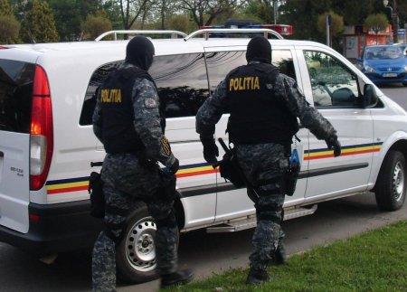 Arme si munitie gasite de politie in curtea unui barbat din Bucuresti, dupa ce iubita acestuia a anuntat ca o agreseaza