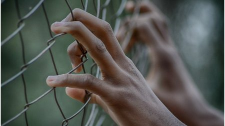 Trei adolescenti <span style='background:#EDF514'>FINLAND</span>ezi au fost condamnati la inchisoare pentru omorarea prin tortura a unui coleg