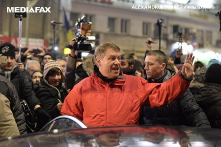 COMENTARIU Sorin Avram: S-a facut vreme de geaca (rosie), domnule Iohannis