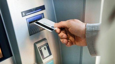 Un turist a ramas fara card in trenul Mangalia-Suceava, iar cand a ajuns acasa a descoperit ca a retras o mica avere la bancomatele din <span style='background:#EDF514'>MEDGIDIA</span>
