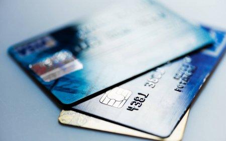 Un barbat a sesizat ca a ramas fara cardul pe care avea 27.000 de lei. Ce au gasit <span style='background:#EDF514'>HOTII</span> pe spatele acestuia