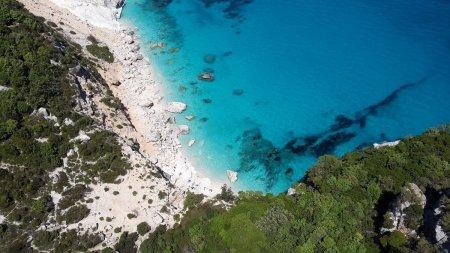 Un roman a furat nisip protejat de lege de pe o plaja din Sardinia
