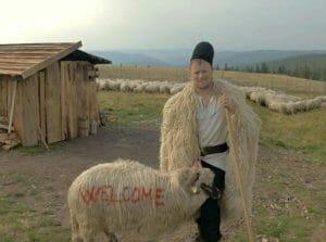 Celebritatea i-a adus numai probleme! Ghita Ciobanul s-a intors la stana si prospera. A ajuns sa aiba 1500 de oi