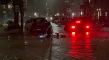 VIDEO Un curier a facut un gest impresionant. Acesta a continuat sa livreze mancarea pe <span style='background:#EDF514'>BICICLETA</span>, in ciuda inundatiilor