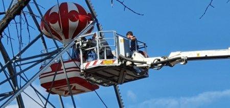 Pompierii au salvat o familie blocata in roata din Parcul Herastrau, la 25 de metri inaltime