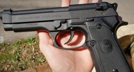 Un barbat a vrut sa rapeasca <span style='background:#EDF514'>VANZATOARE</span> unui bar din Corby si a amenintat-o cu pistolul. Individul a fost retinut