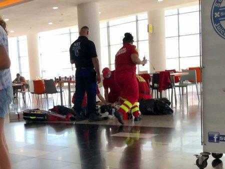 Scene dramatice intr-un mall din Botosani. Un batran a murit inecat cu o bucata de mancare, in timp ce zeci de oameni filmau momentul
