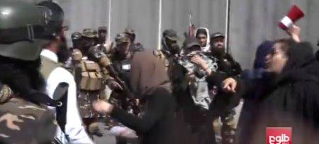 Talibanii au dispersat cu focuri de arma si gaze lacrimogene un nou protest organizat de femeile din Afganistan