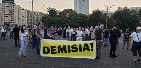 Protest anti-Citu in Piata Victoriei. Zeci de oameni ii cer demisia premierului