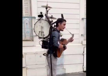 VIDEO Omul-orchestra a devenit cunoscut prin modul sau de a canta. Ce instrumente sincronizeaza