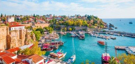 Vacanta unor romani in Antalya. Te simti bine ca turist. Preturile te socheaza, la Mamaia ne-ar fi golit buzunarul