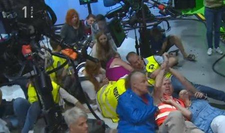 Un grup de antivaccinisti a luat cu asalt studiourile televiziunii publice din Slovenia. 20 de persoane au fost arestate