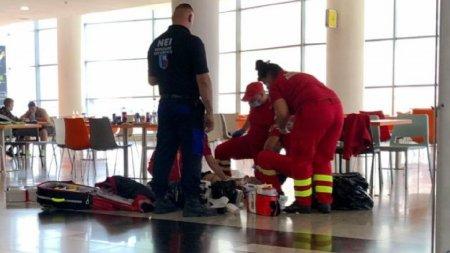 Un pensionar a murit <span style='background:#EDF514'>SUFOCAT</span> cu mancare intr-un Mall din Botosani, in timp ce martorii filmau nepasatori agonia sa