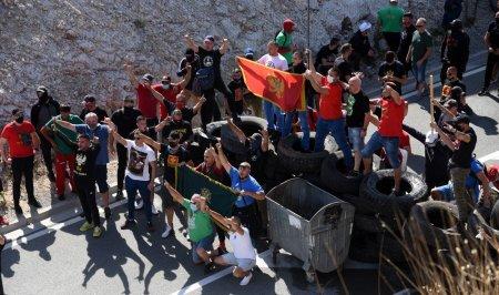 Mii de protestatari au blocat drumurile pentru a impiedica inscaunarea noului <span style='background:#EDF514'>MITROPOLI</span>t al Muntegrului. Politia a intervenit cu gaze lacrimogene