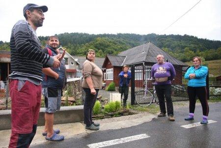 REPORTAJ | Locuitorii dintr-o comuna bistriteana, tinuti in frau de jandarmi dupa ce s-au revoltat fata de cresterea pretului la apa. Am fost lasati singuri