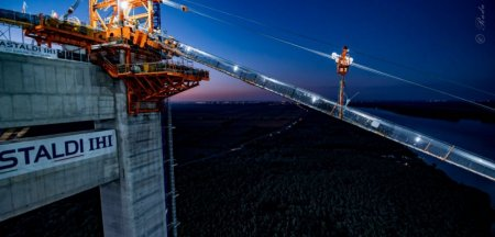 Filmare nocturna spectaculoasa cu podul suspendat de la Braila. Se lucreaza non stop VIDEO