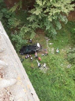 FOTO A scapat ca prin MINUNE - Un tanar de 16 ani a cazut cu masina intr-o rapa de 20 de metri
