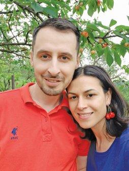 Business MAGAZIN. Corina Matu si Constantin Hodorogea au dat emailul, metroul si semafoarele din Bucuresti pe zumzetul albinelor si cantecul cocosului: Plecand dintr-o multinationala, au ajuns sa se ocupe de agricultura, lansand magazinul online Legume Verzi