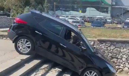 Un sofer a luat-o pe scurtatura si a coborat scarile cu masina, la Constanta