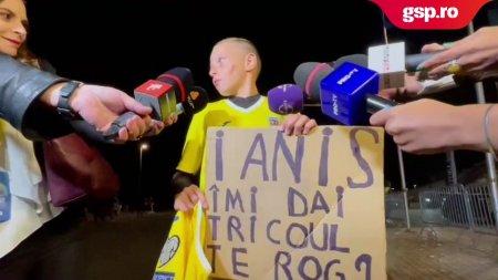 ROMANIA - LIECHTENSTEIN. <span style='background:#EDF514'>IANIS HAGI</span> a fost darnic cu un tanar fan si i-a oferit tricoul dupa meci