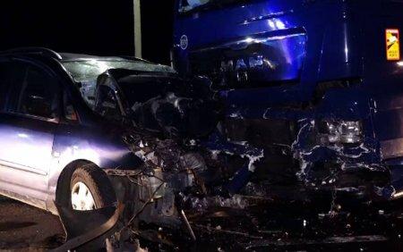 Accident grav pe DN 17. Un barbat murit dupa ce a intrat cu masina intr-un TIR