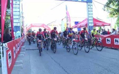 Competitie ciclista pentru copiii bolnavi de cancer, <span style='background:#EDF514'>IN DAMBOVITA</span>. Traseul a fost o adevarata provocare