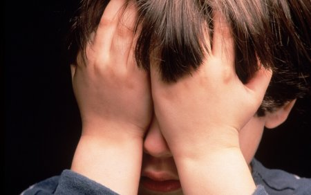 O mama si-a aruncat copilul de pe tobogan, de la 1,5 metri. Baiatul a ajuns la urgente