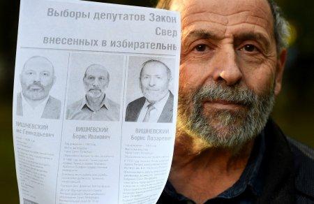 Trei persoane cu nume si fizionomii identice, candidati la alegerile pentru Parlamentul din Sankt Petersburg. E o frauda