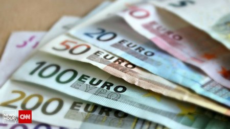 Euro a atins o a treia cota istorica. Criza politica arunca in aer leul