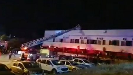 Incendiu puternic la un hotel din Eforie. Turistii au fost evacuati cu macaraua, de pe acoperis