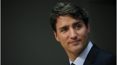 Justin Trudeau, Prim-ministrul canadian, a fost lovit cu <span style='background:#EDF514'>PIETRE</span> de protestatari