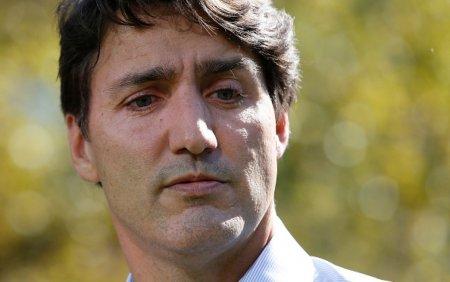 Justin Trudeau, premierul canadian, a fost lovit cu <span style='background:#EDF514'>PIETRE</span> in timpul unei campanii