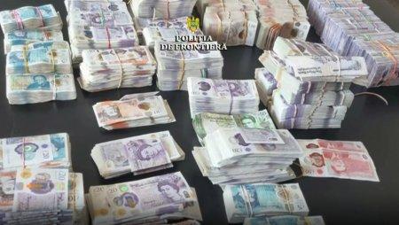 Un barbat a incercat sa iasa din Romania cu 480.000 de lire sterline ascunse in <span style='background:#EDF514'>PORTBAGAJUL</span> unei masini de lux