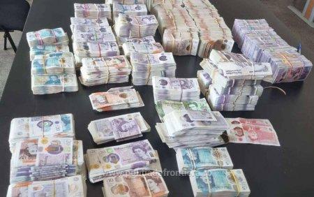 Un barbat a incercat sa iasa din Romania cu peste 480.000 de lire sterline ascunse in cutii de carton