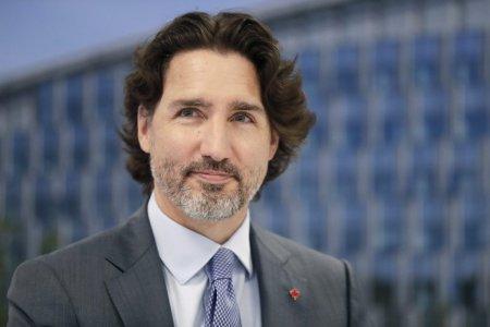 Premierul Canadei, lovit cu <span style='background:#EDF514'>PIETRE</span> in timpul unei vizite electorale la o fabrica de bere
