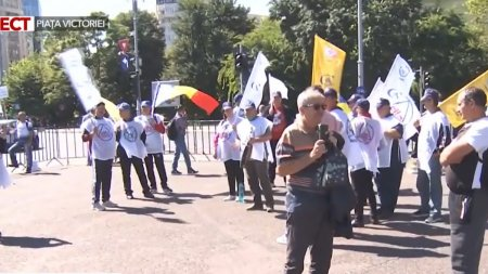 Sindicalistii din <span style='background:#EDF514'>INDUSTRIA DE APARARE</span> protesteaza in fata guvernului: Ministerul trebuia sa cumpere de la noi, nu dela altii