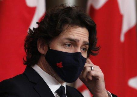 Premierul canadian Justin Trudeau a fost atacat cu <span style='background:#EDF514'>PIETRE</span> de protestatarii anti-vaccinare