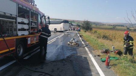 <span style='background:#EDF514'>AUTOCAR</span> plin cu pasageri, implicat intr-un accident pe DN1, in Sibiu. Doua persoane au fost ranite