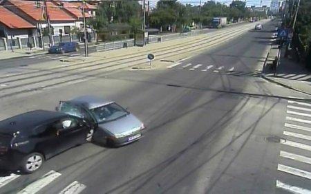 <span style='background:#EDF514'>ACCIDENT S</span>pectaculos, la Timisoara. O masina a fost izbita de un alt autoturism si s-a rasturnat in mijlocul drumului