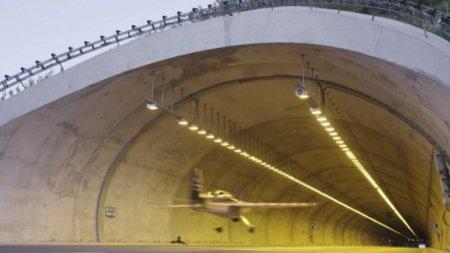 Pilotul cascador din Misiune Imposibila 7 a intrat in Cartea Recordurilor dupa ce a zburat cu avionul printr-un tunel rutier