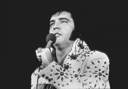 Unul dintre <span style='background:#EDF514'>COSTUME</span>le de scena purtate de Elvis Presley s-a vandut la o licitatie cu o suma record