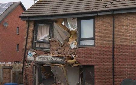 Momentul socant in care un barbat intra intentionat cu TIR-ul intr-o casa. Copiii au sarit pe fereastra. VIDEO