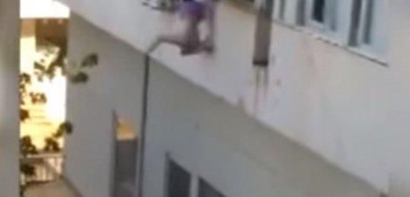 O fata de 19 ani si-a riscat viata si s-a aruncat de la etajul unui bloc din Turcia doar pentru a scapa de barbatii care au rapit-o si o sileau sa se <span style='background:#EDF514'>PROSTIT</span>ueze