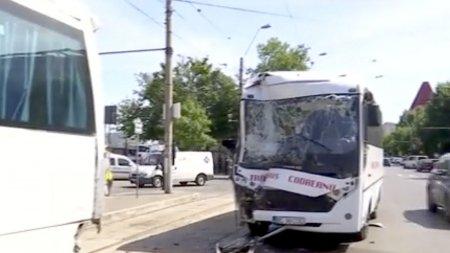 Accident grav intre doua <span style='background:#EDF514'>AUTOCAR</span>e, in Bucuresti. 10 persoane au fost ranite