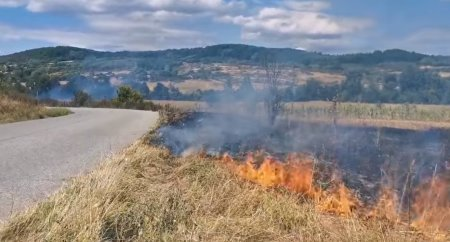 Incendiu de proportii in Mehedinti. 40 de pompieri intervin pentru stingerea flacarilor